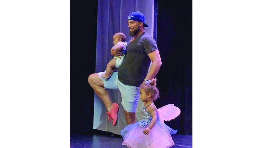 751e2961f4 Pai com bebé nos braços executa passos de ballet - Insólitos ...