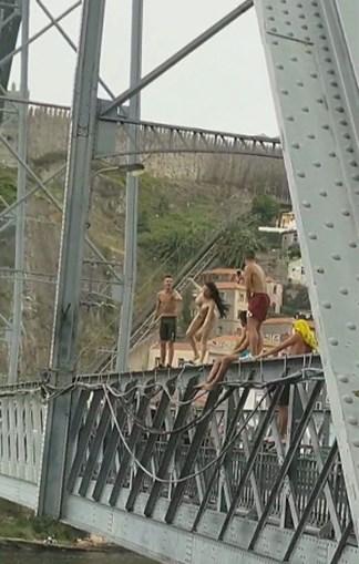 Mulher sobe à ponte D. Luís I atira-se ao rio totalmente nua