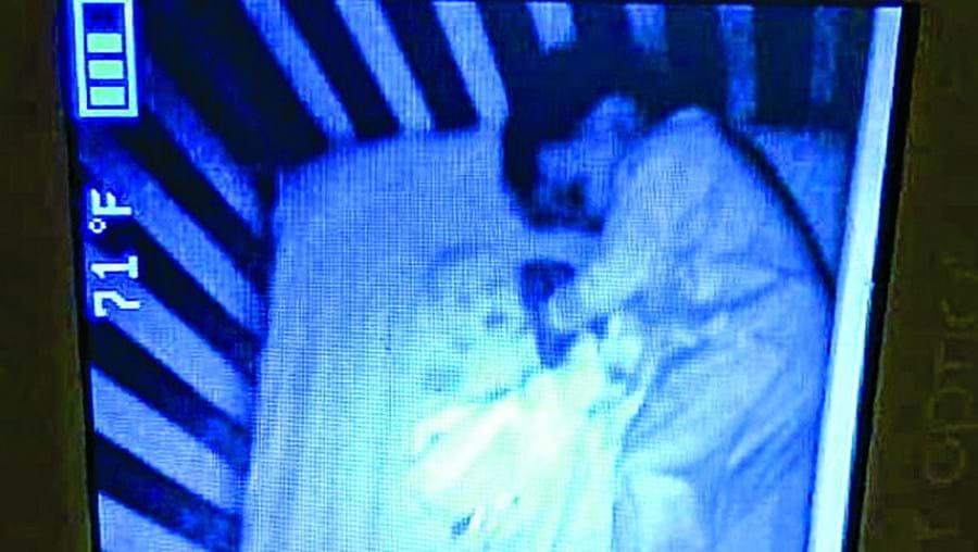Mãe apanha susto com rosto de bebé fantasma na mesma cama que o filho