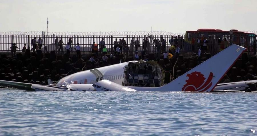 Boeing 737 Max mergulhou no mar de Java apenas 13 minutos após levantar voo