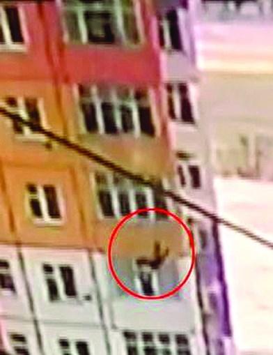 Mulher escapa ilesa após cair de nono andar na Rússia